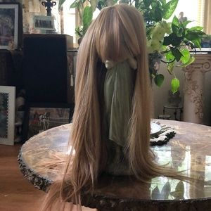 Blonde synthetic wig with bangs